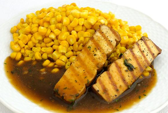 Opekané tofu na kukurici