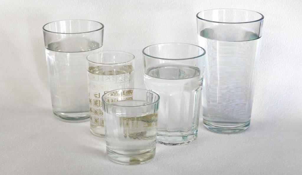 Vyberte si vhodný pohár na pitný režim. Väčší nemusíte vypiť naraz