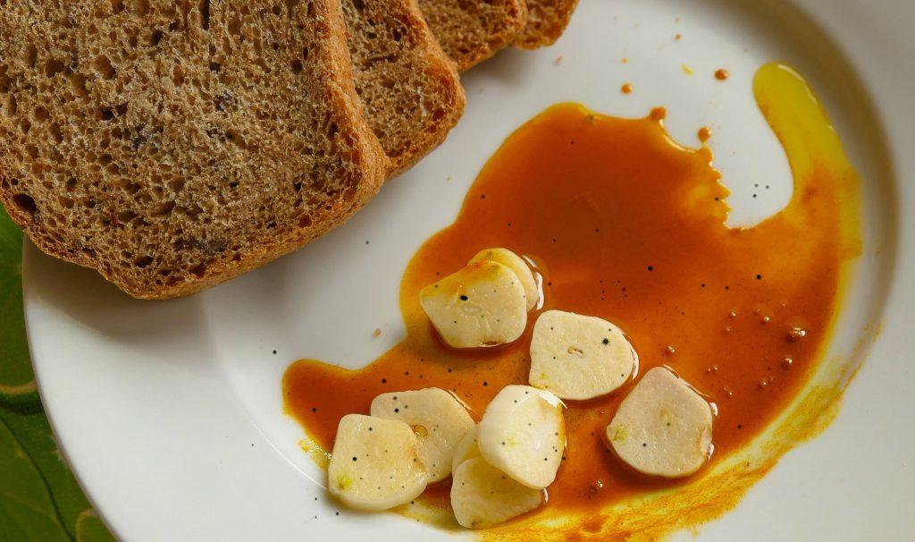 Kurkuma s chlebom, olejom a cesnakom