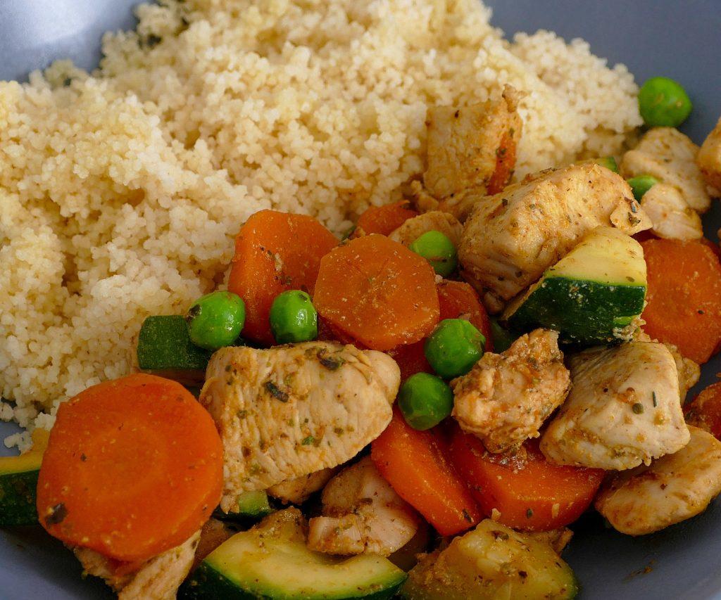 Čo na obed? Kuskus so zeleninou a kuracími prsiami.