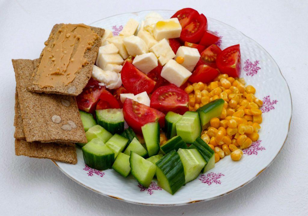 Čo na obed? Knackebrot alebo activia so zeleninou a kukuricou