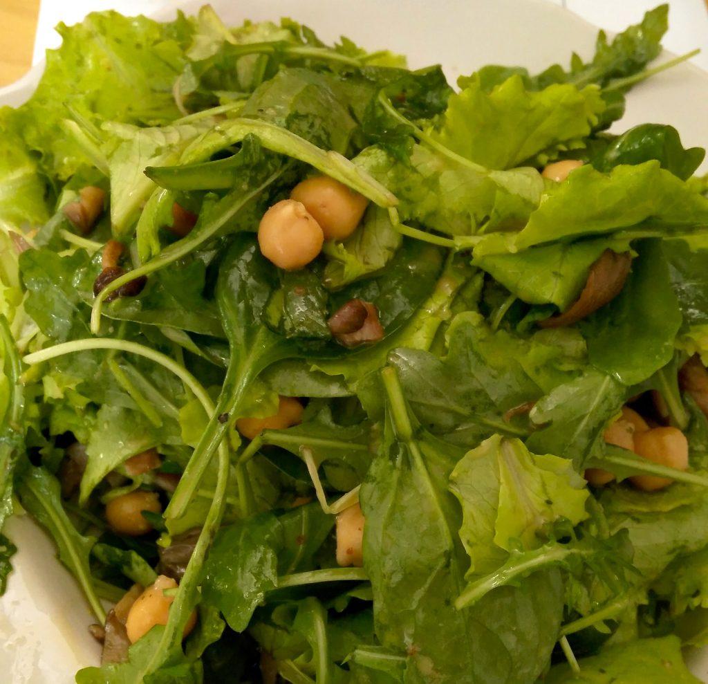 Zeleninový šalát na chudnutie: Rukola, mladý špenát, olivový olej, cícer, parmezán.